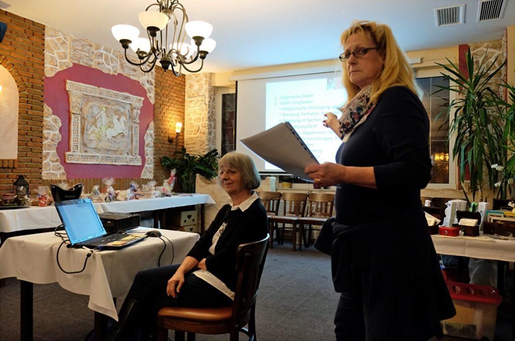 Irene Launer-Hill hält einen Vortrag