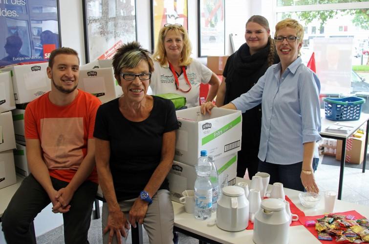 Das Team von SAMT ist für die Futterausgabe bestens vorbereitet.