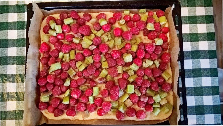 Abbildung: Kuchenboden und Obstbelag vor dem Backen